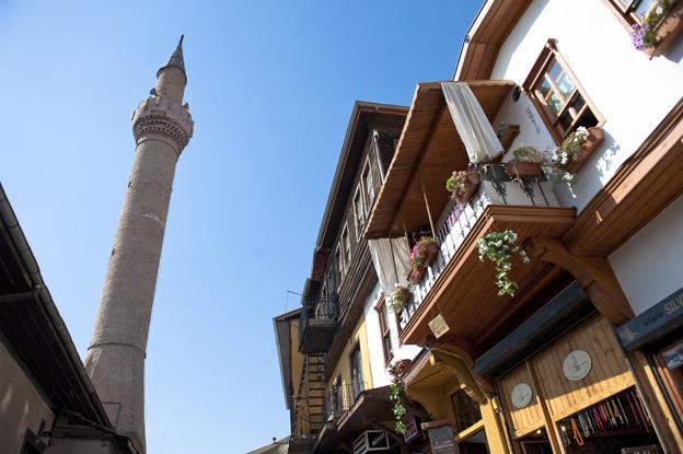 In der Altstadt erheben sich Minarette über den alten, meist restaurierten Häusern