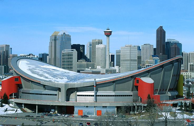 Blick auf Downtown Calgary vom Scotchman's Hill, Mehrzweckhalle und Calgary Tower