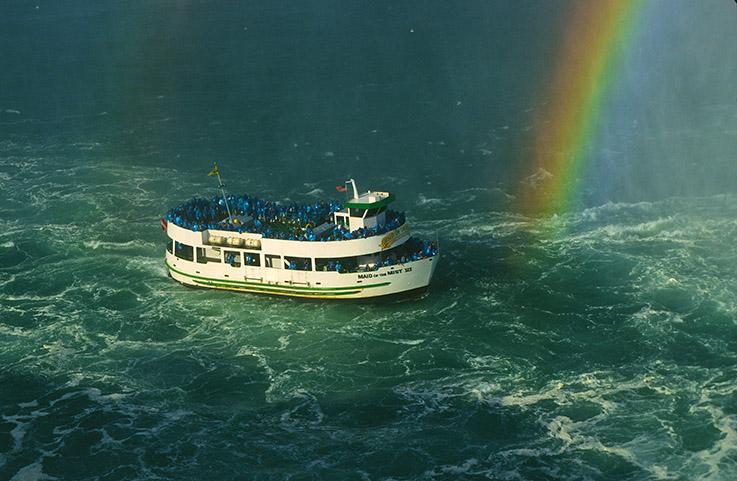 "The Boote der ""Maid of the Mist"" fahren ganz nah an die Niagara Fälle"