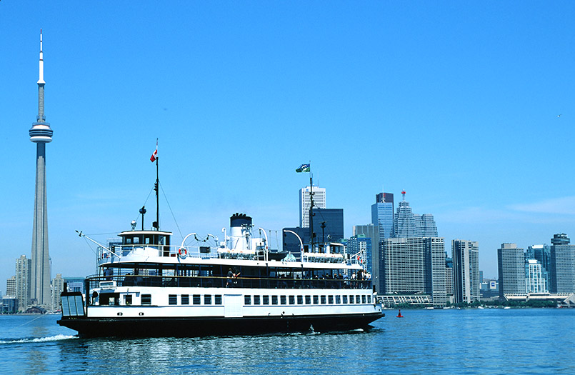Die Toronto Islands Ferry vor der Skyline der Metropole