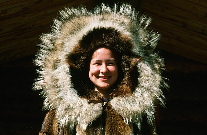 """Unterwegs in Alaska:Im Chena Village von Fairbanks präsentiert eine junge Frau die """"Sonne"""""""