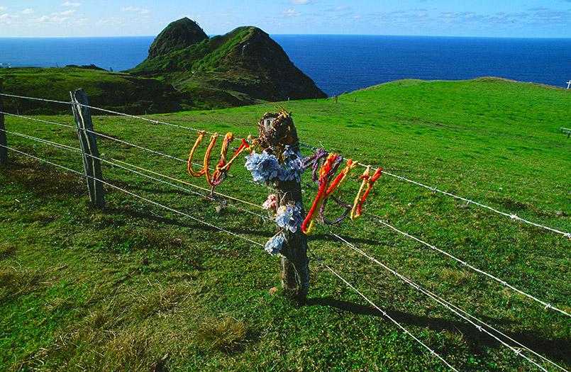 Unterwegs auf Hawaii: Gebetsbändern am Stacheldrahtzaun des Kahakuloa Head von Maui