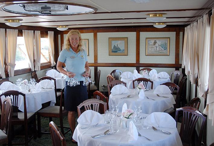 S/Göta-Kanal/MS Juno: Mitarbeiterin Maria beim Eindecken des Speisesaals