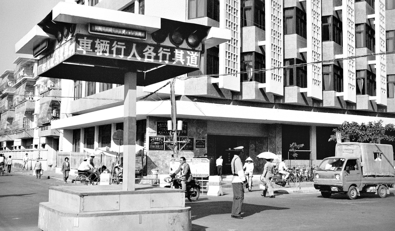 Hainan: Eine Kreuzung in Haikou 1990. Foto: Hilke Maunder