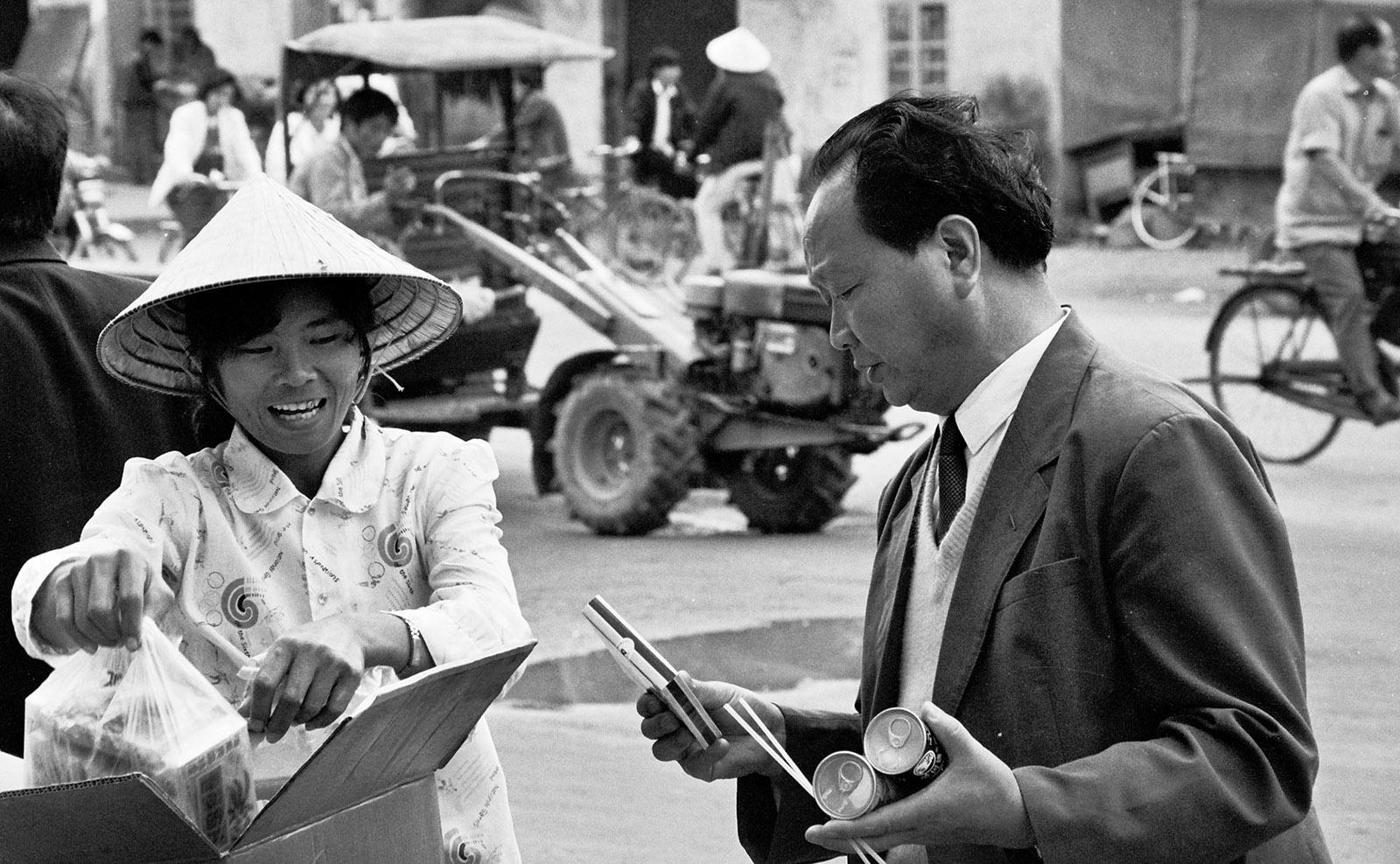 Hainan, Haikou 1990: eine Straßeverkäuferin. Foto: Hilke Maunder
