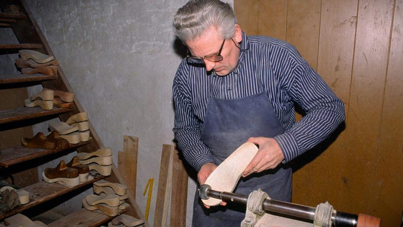 Holzschuhmacher Dieter Schöttler. Foto: Hilke Maunder