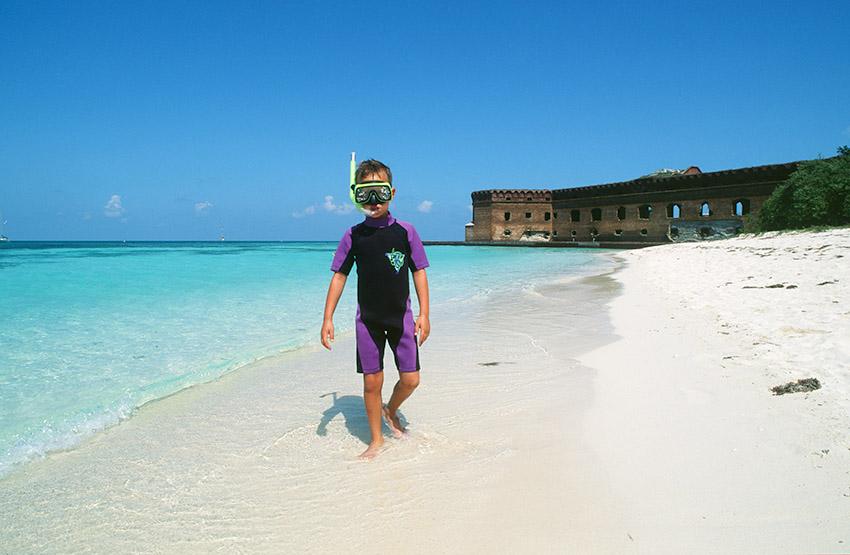 USA/Florida/Florida Keys/Dry Tortugas: Garden Key, Sandstrand mit Fort