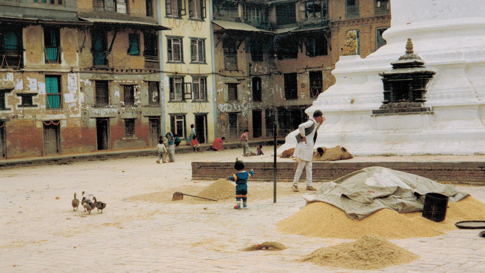 Nepal: Das Getreide wird getrocknet. Kathamandu 1991. Foto: Hilke Maunder