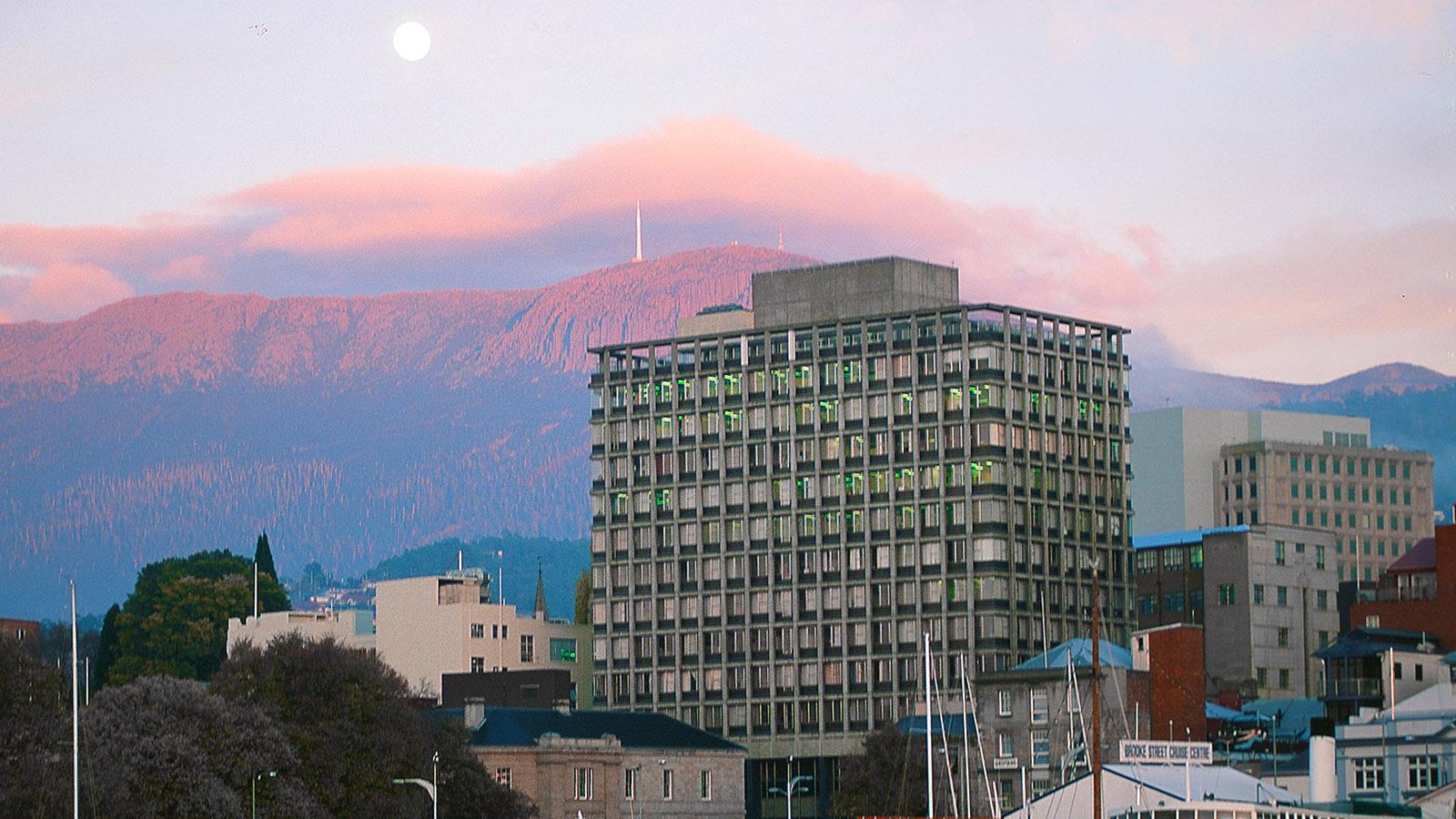 Hobart, Blick vom Hafen auf die Innenstadt und Mount Wellinton. Foto: Hilke Maunder