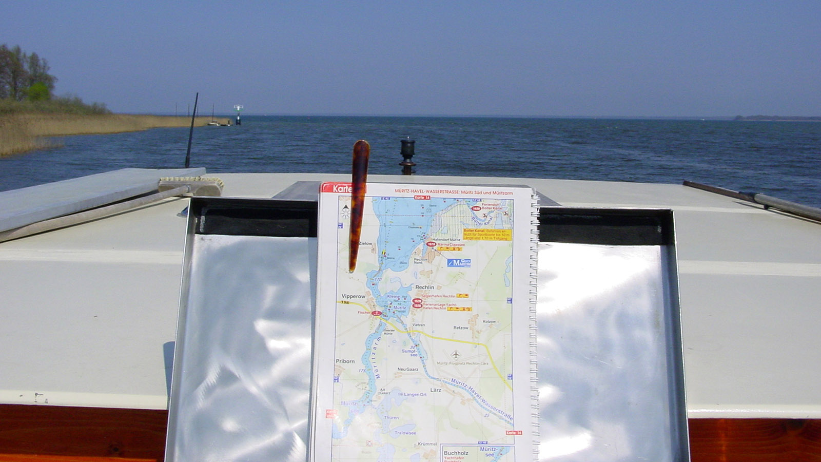 Wasserwandern: Mecklenburgische Seenplatte. Ein Haarklammer hält unsere Gewässerkarte... Foto: Hilke Maunder