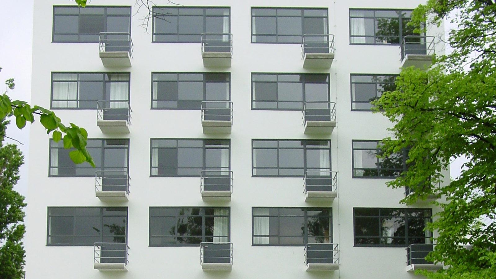 Blaues Band, Die Balkone an der Ostfassade des Bauhauses in Dessau. Foto: Hilke Maunder