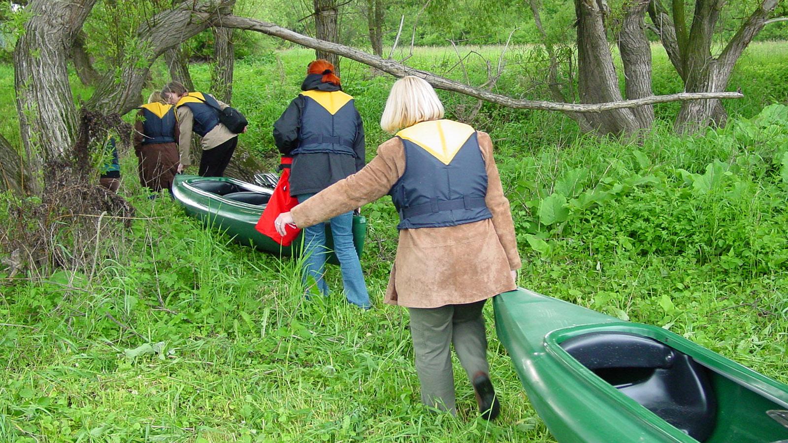 Einsetzen der Kajaks in eine Bucht der Elbe. Foto: Hilke Maunder