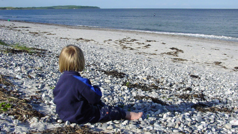 Djursland: Kind am Strand. Foto: Hilke Maunder