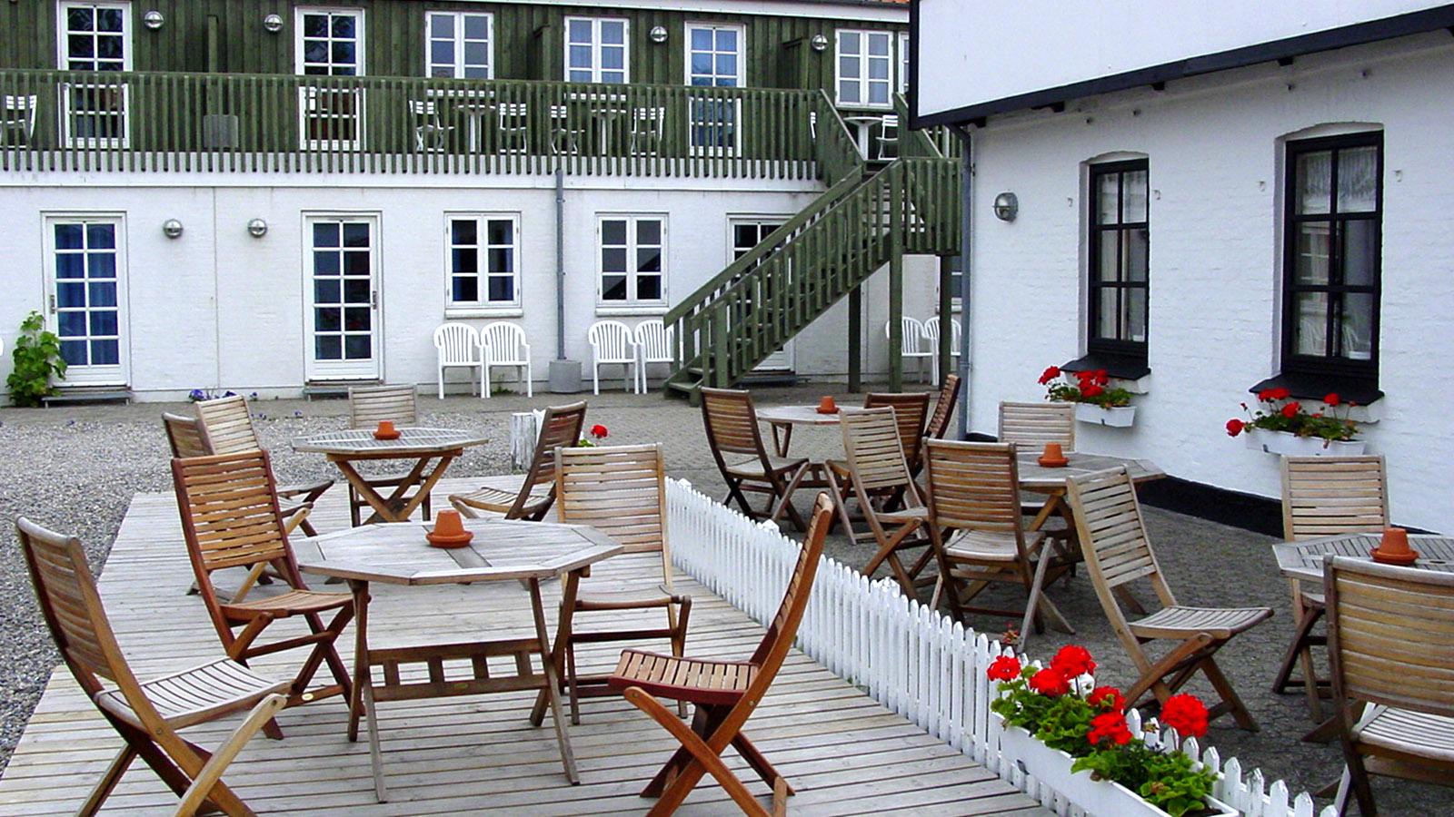 Aalbaek Gl. Kro, Terrasse und Gästezimmer. Foto: Hilke Maunder