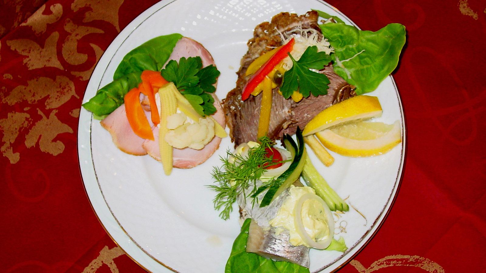 Laasby Kro. Frokost-Teller mit Hering, Schinken und Roast Beef auf Schwarzbrot. Foto: Hilke Maunder