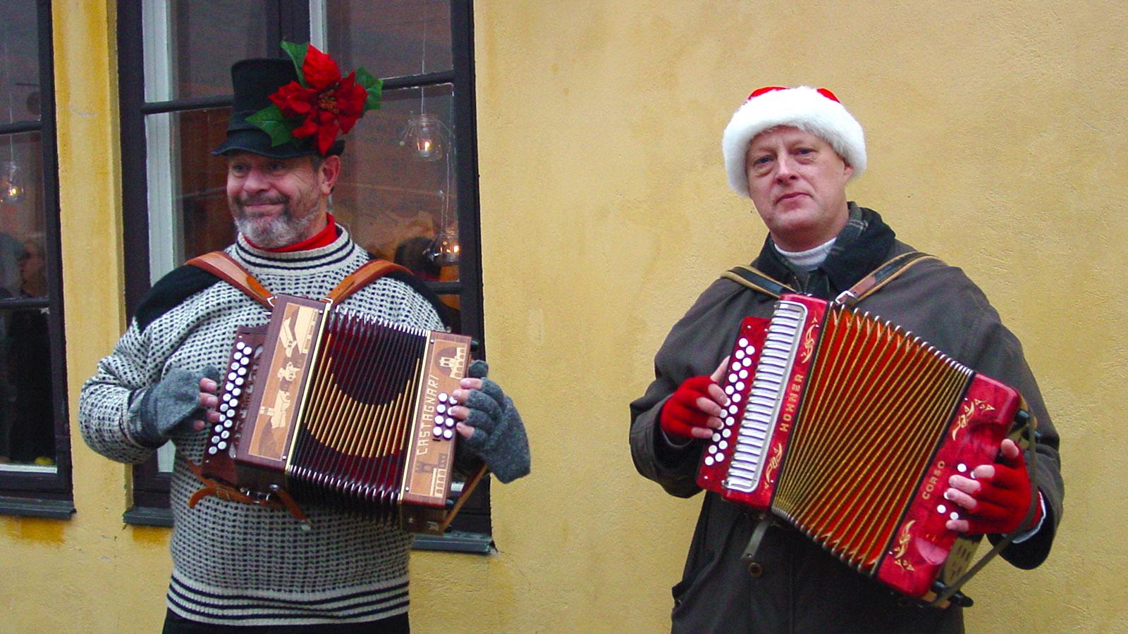 Auch die Straßenmusiker kleiden sich weihnachtlich zur Juletid am Öresund. Foto: Hilke Maunder