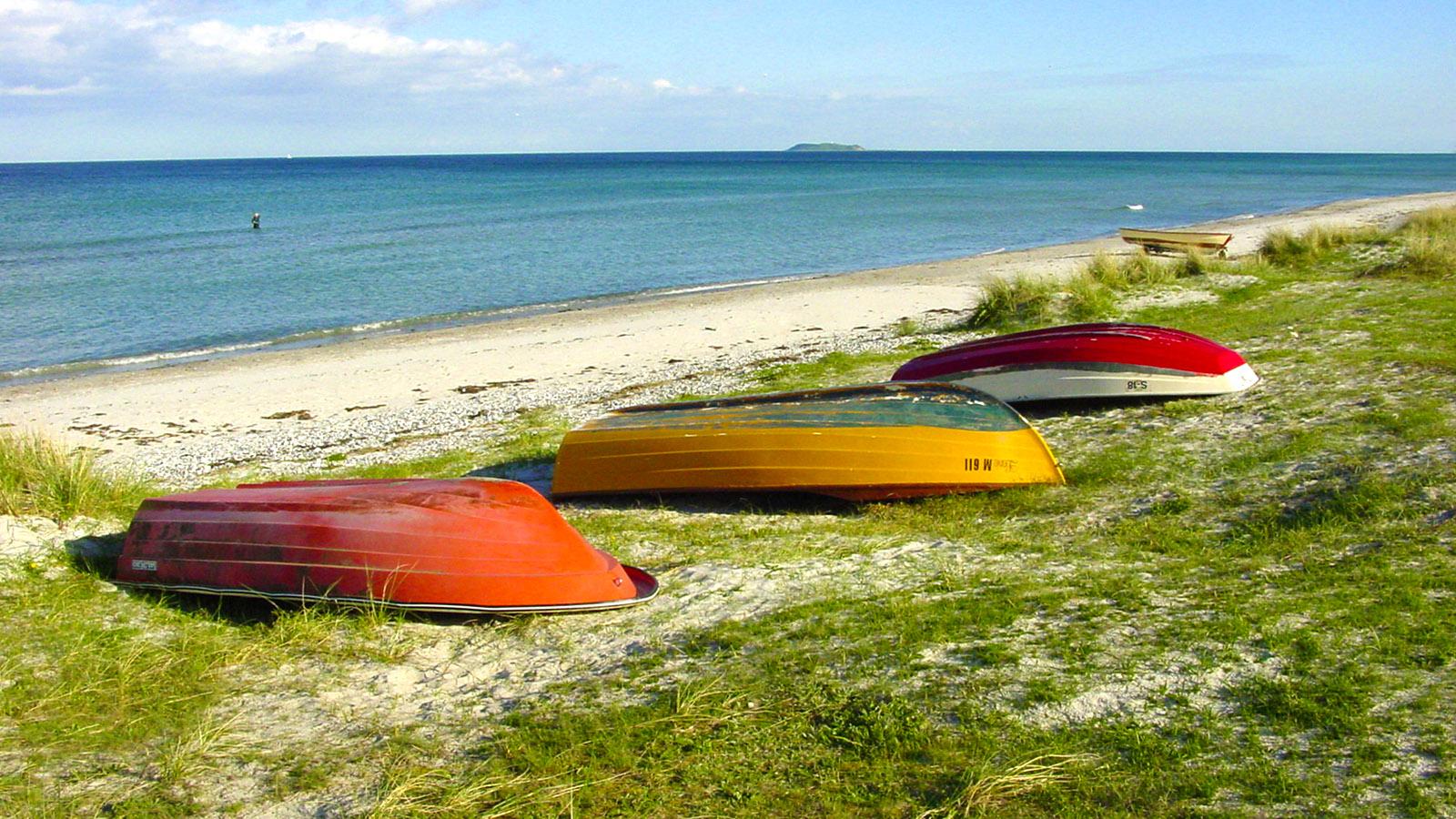 Djursland: Boerslum-Strand –ein Naturstrand mit feinstem Ostseesand und Fischerbooten. Im Hintergrund: die Insel Hjelm. Foto: Hilke Maunder