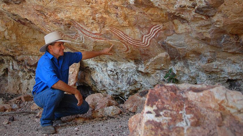 Charles Phillott (40) zeigt Aborigines-Malereien unter einem Überhang eines Felsen auf der Carisbrooke Station. Foto: Hilke Maunder