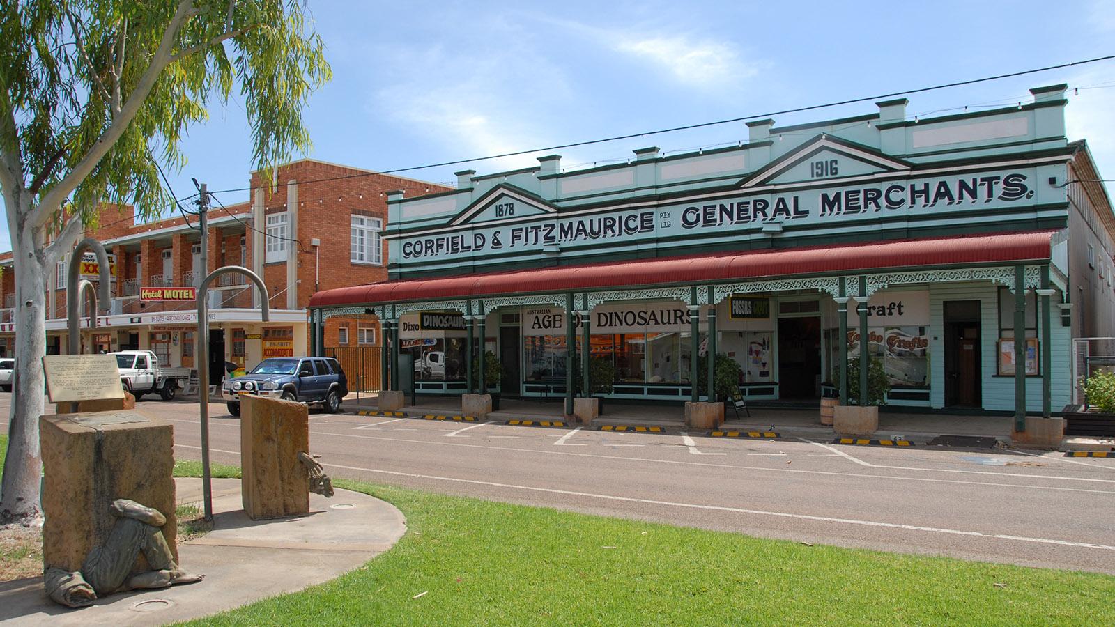 Die Hauptstraße von Winton mit dem alten General Store Corfield & Fitzmaurice, der heute eine Dinosaurier-Ausstellung birgt. Foto: Hilke Maunder