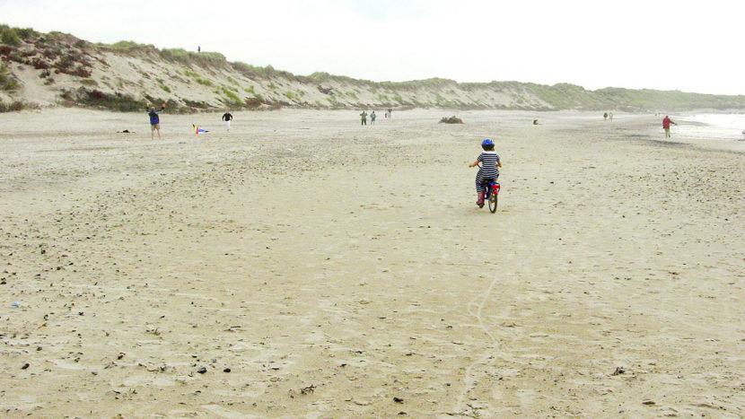 Radeln auf Thy:Meine Tochter zog es auf den Strand von Klitmøller zum Radfahren.... Foto; Hilke Maunder