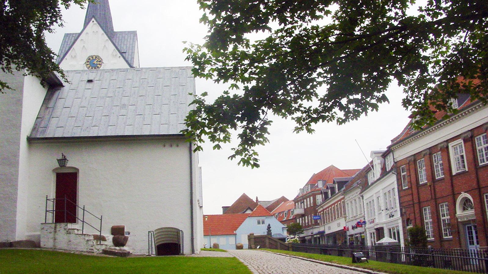 Thy: Die Stadtkirche vo Thisted umgeben charmant nostalgische Bauten. Foto: Hilke Maunder