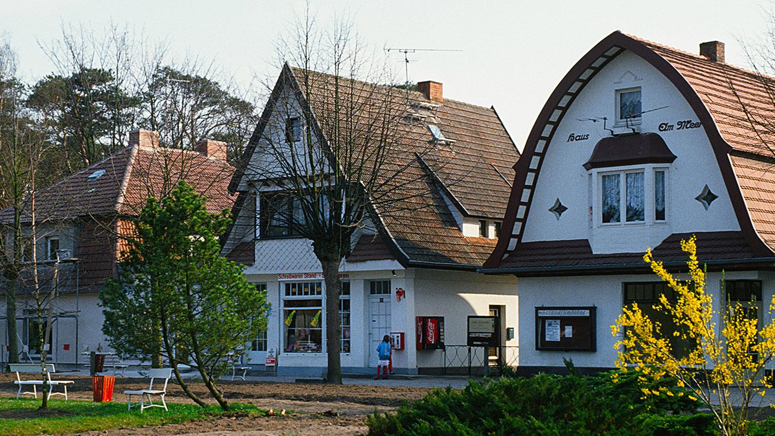 Klützer Winkel: Die Geschäfte am Kastanienplatz von Boltenhagen. Foto: Hilke Maunder