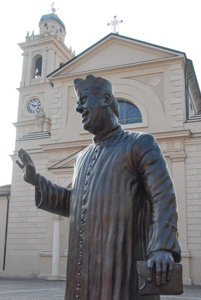 Don Camillo vor seiner Kirche in Brescello. Foto: Hilke Maunder