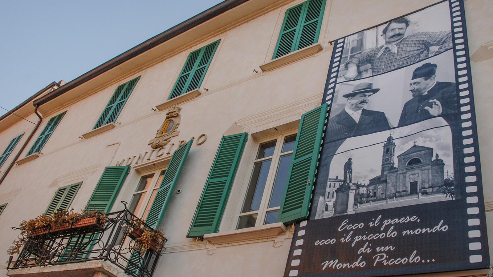 Don Camillo und Peppone: die Erinnerung an den Film wird wachgehalten - auch hier am Rathaus von Brescello. Foto: Hilke Maunder