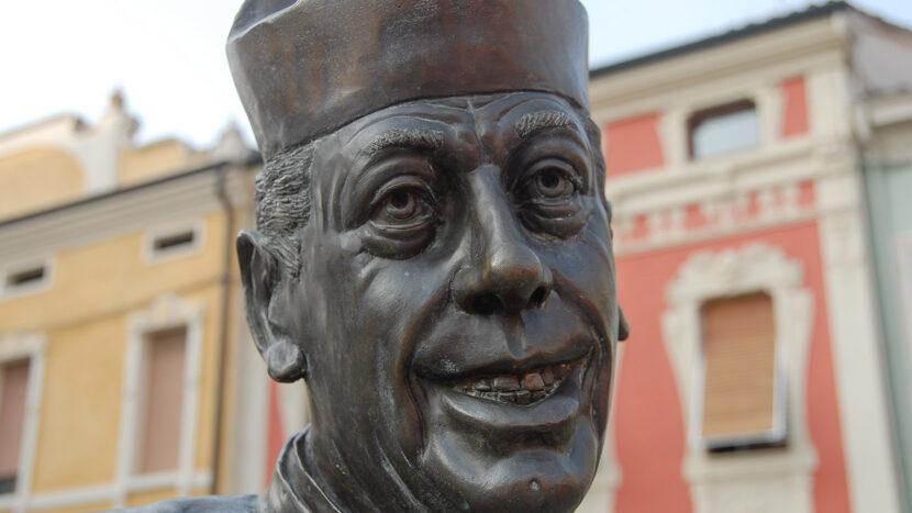 Brescello: Drehort von Don Camillo und Peppone. Skulptur von Don Camillo. Foto.: Hilke Maunder