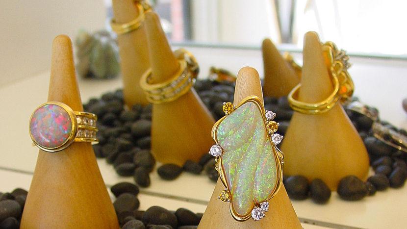 Opale in ihrer schönsten Form: Stefano Trigatti fertigt mit Perlen daraus exklusiven Schmuck. Hier: ein großer Opal aus Cooper Pedy. Foto; Hilke Maunder
