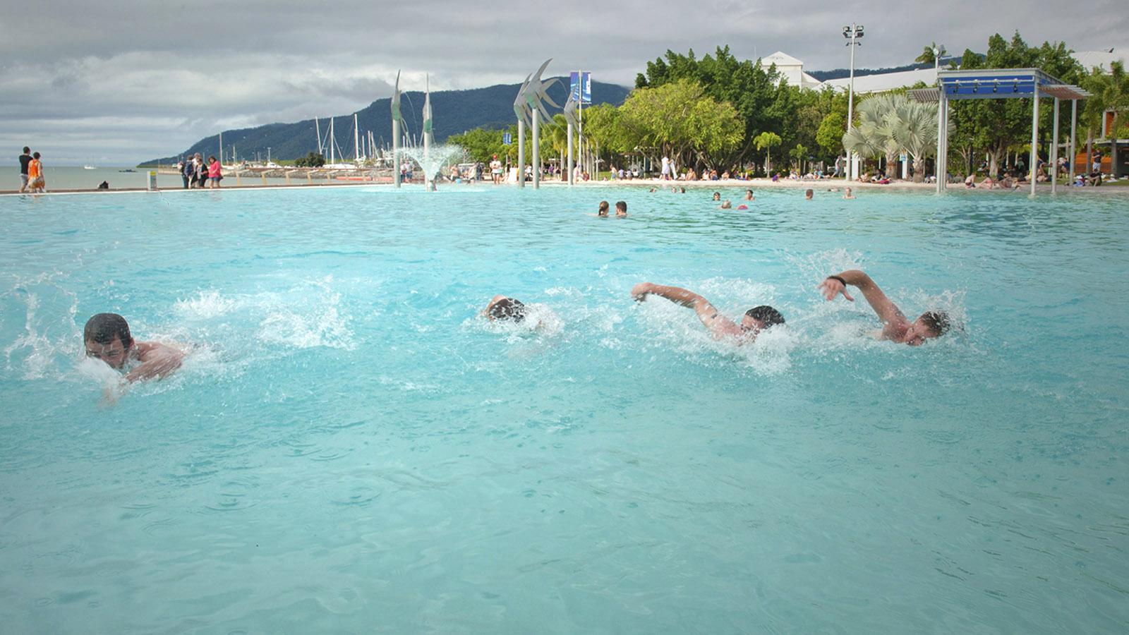 Ostküste: Die künstliche Badelagune von Cairns an der Esplanade. Foto: Hilke Maunder