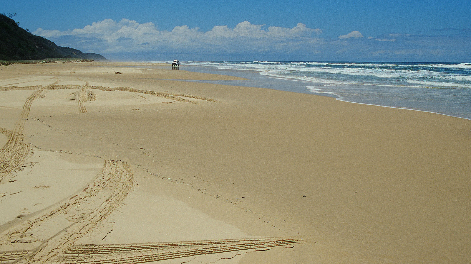 """Queensland, Fraser Island: die """"Autobahn"""" der Insel - der East Beach. Foto: Hilke Maunder"""