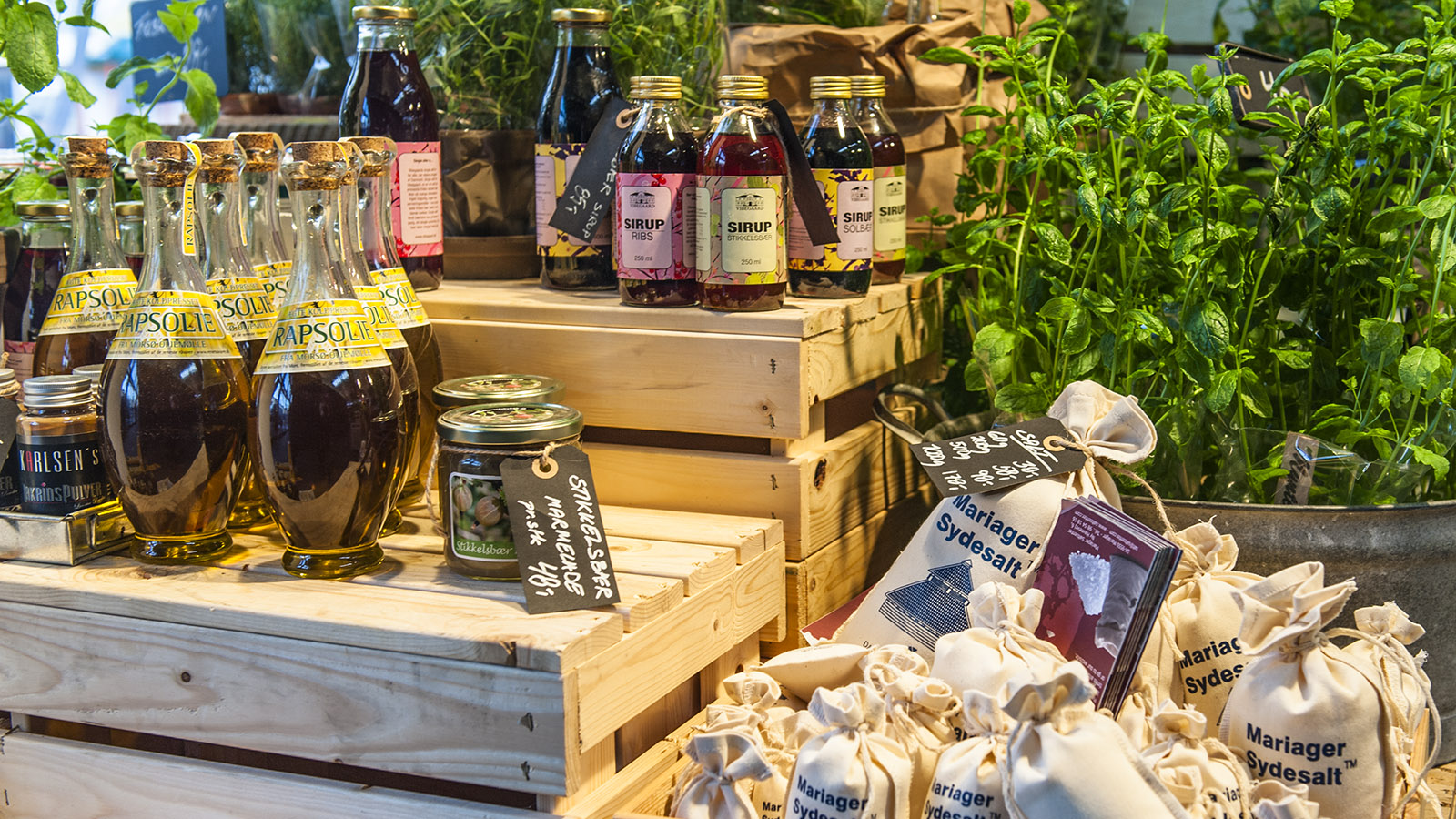 Salz, Säfte, Wein und Käse, alles aus regionaler und meist ökologischer Herstellung: Das Angebot der Torvehallerne ist grün. Foto: Hilke Maunder