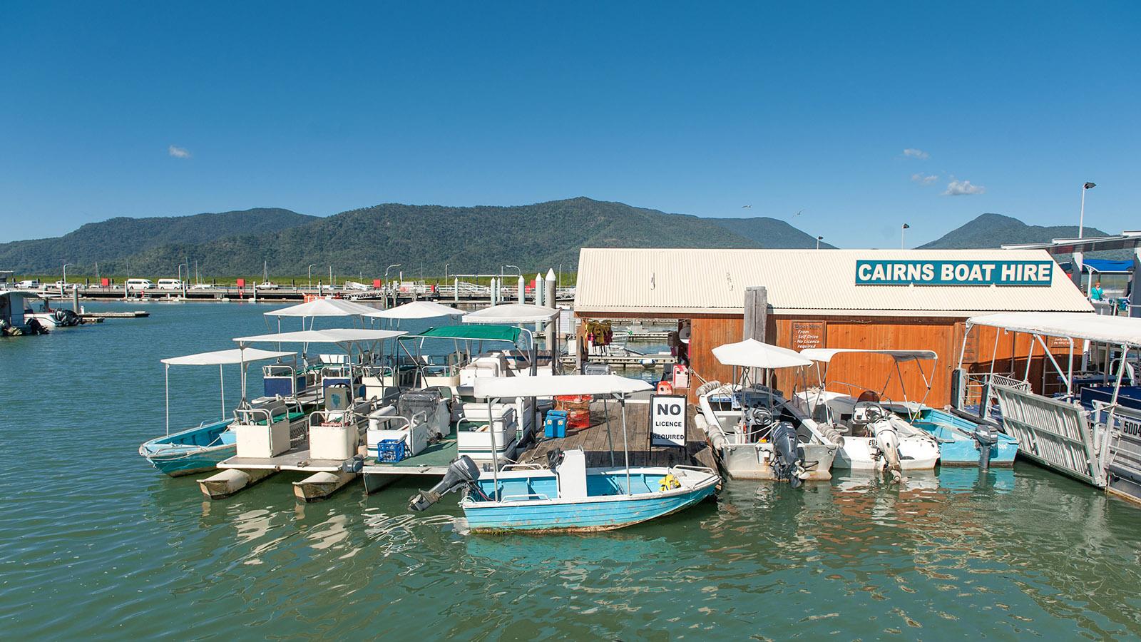 Ostküste: Bootsvermietung in der Marina von Cairns. Foto: Hilke Maunder