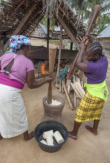 In Goejaba stampfen Frauen Maniok zu Mehl