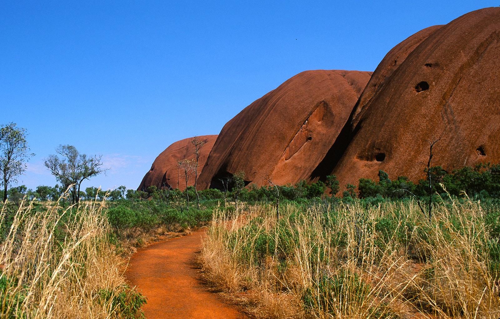 Der base walk um den Fuß des Uluru. Foto: Hilke Maunder