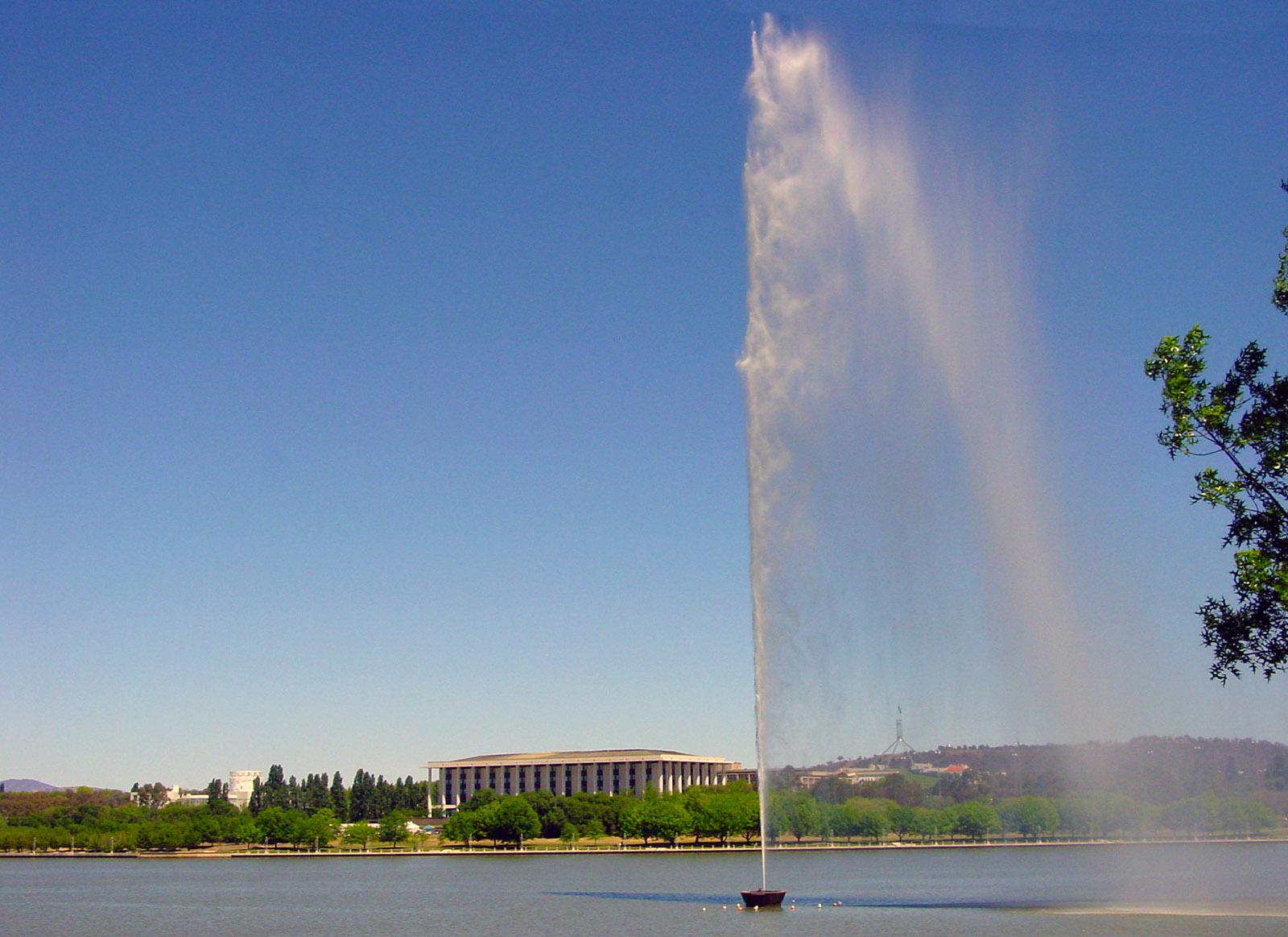 Canberra: Lake Burley Griffin mit Captain Cook Memorial Jet. Foto: Hilke Maunder
