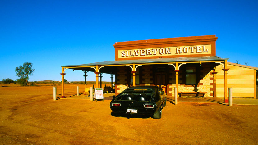 """Drehort im Outback: das Silverton Hotel und Bolide aus """"Mad Max"""". Foto: Hilke Maunder"""