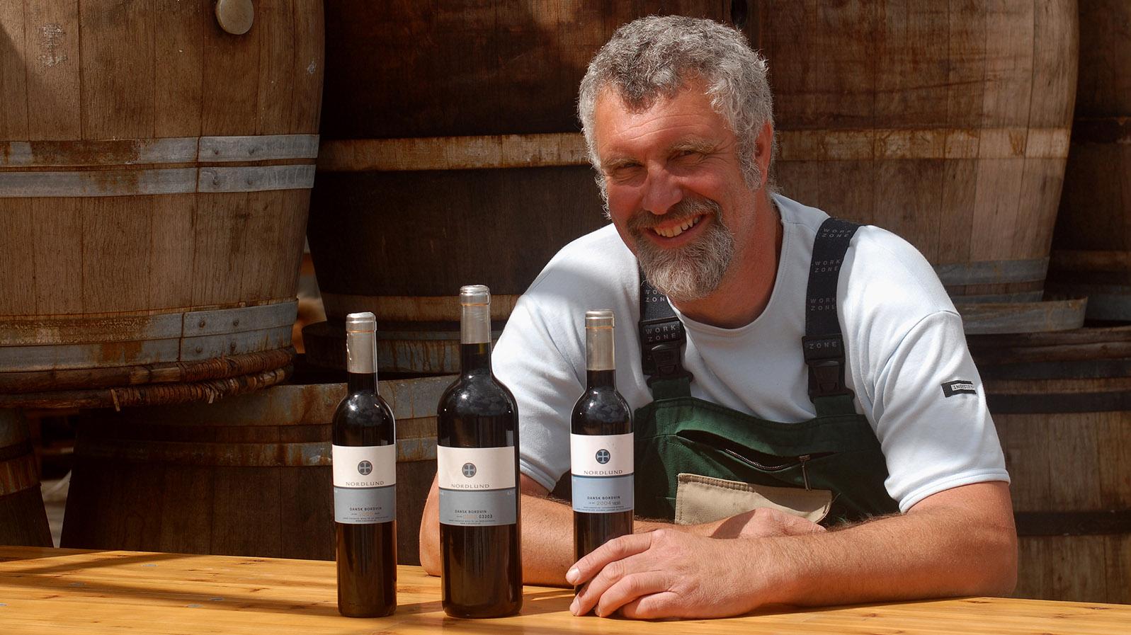 Jørgen Hinsch mit der kleinen, feinen Produktpalette des Sansk VinCenter. Foto: Hilke Maunder