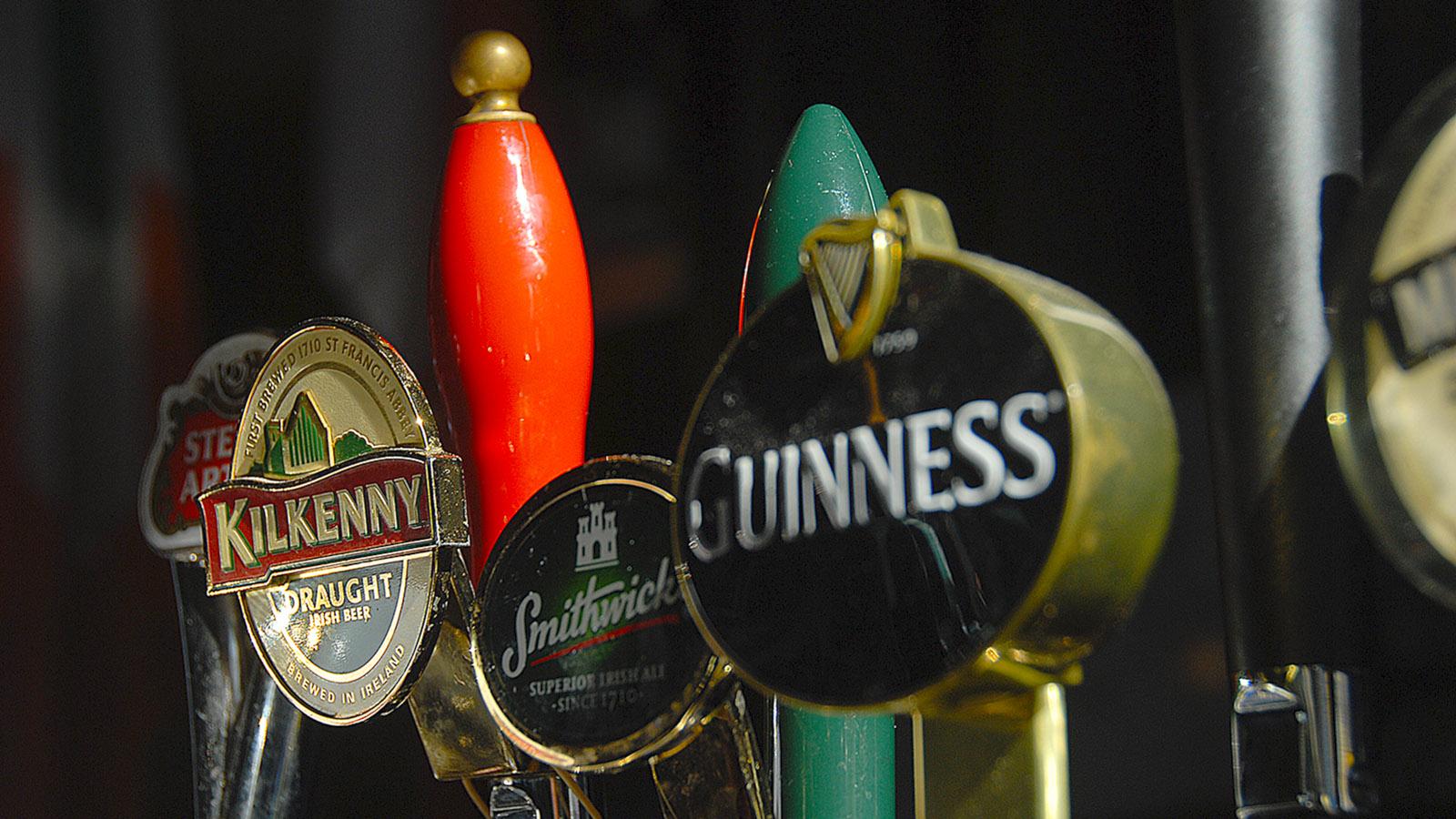 Pubs in Edinburgh: Zapfhähne in einer Kneipe. Foto: Hilke Maunder