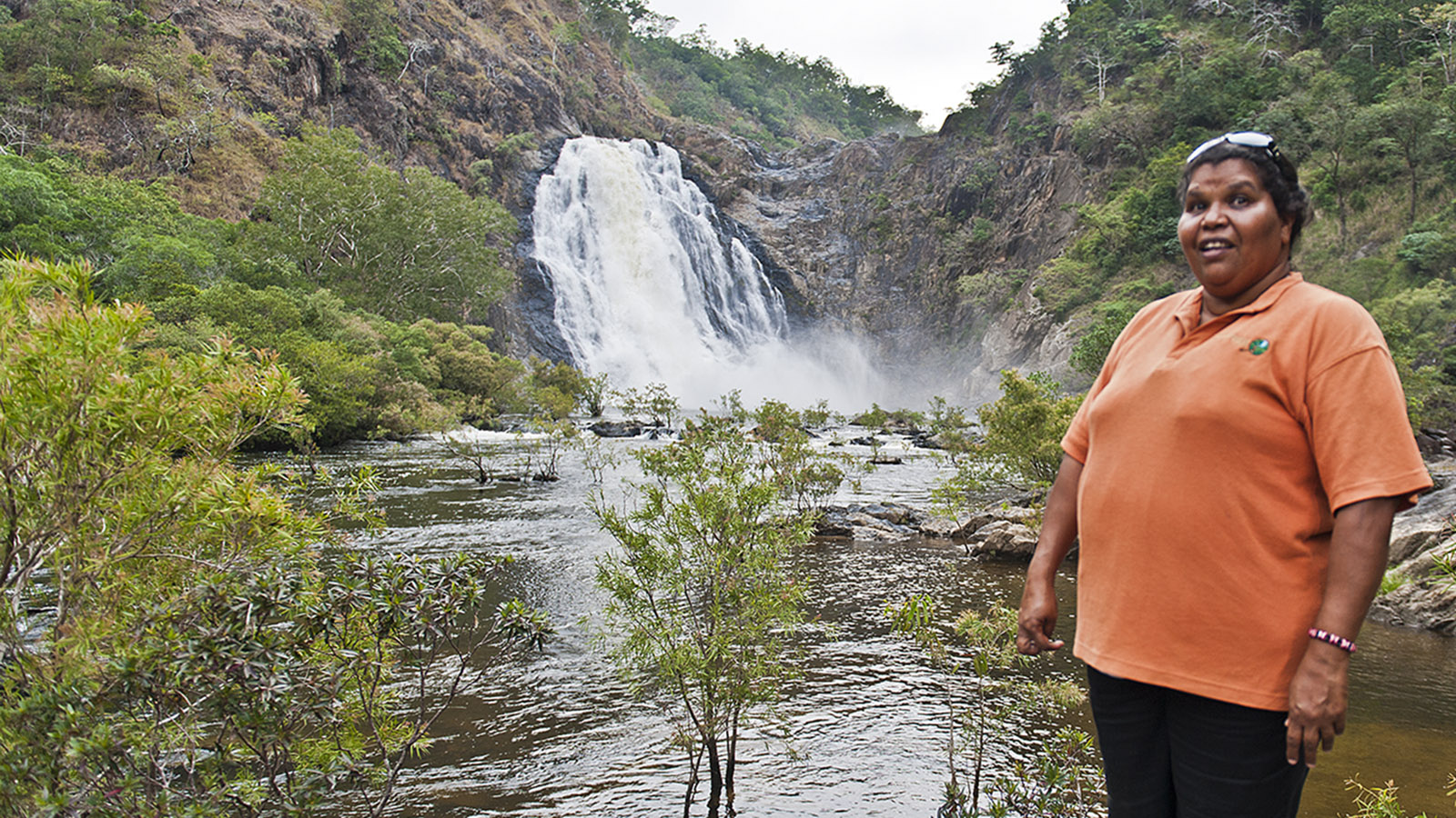 Mudcrabbing & mehr: Frances Walker erzählt an den Bloomfield Falls vom Leben ihres Stammes. Foto: Hilke Maunder