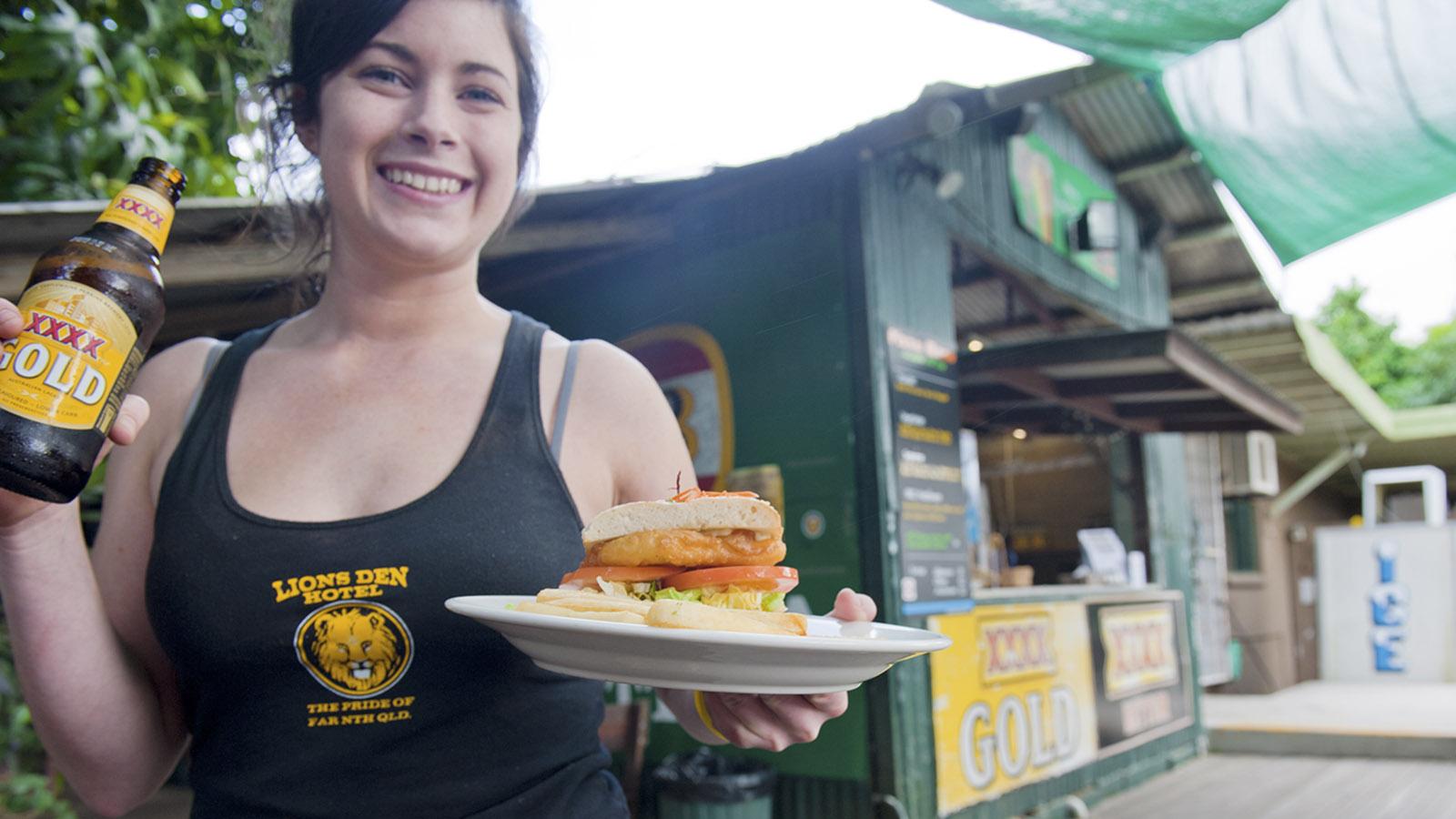 Aussie Pubs: Bier und Burger: das beliebteste Mahl im Lions Den Hotel. Foto: Hilke Maunder