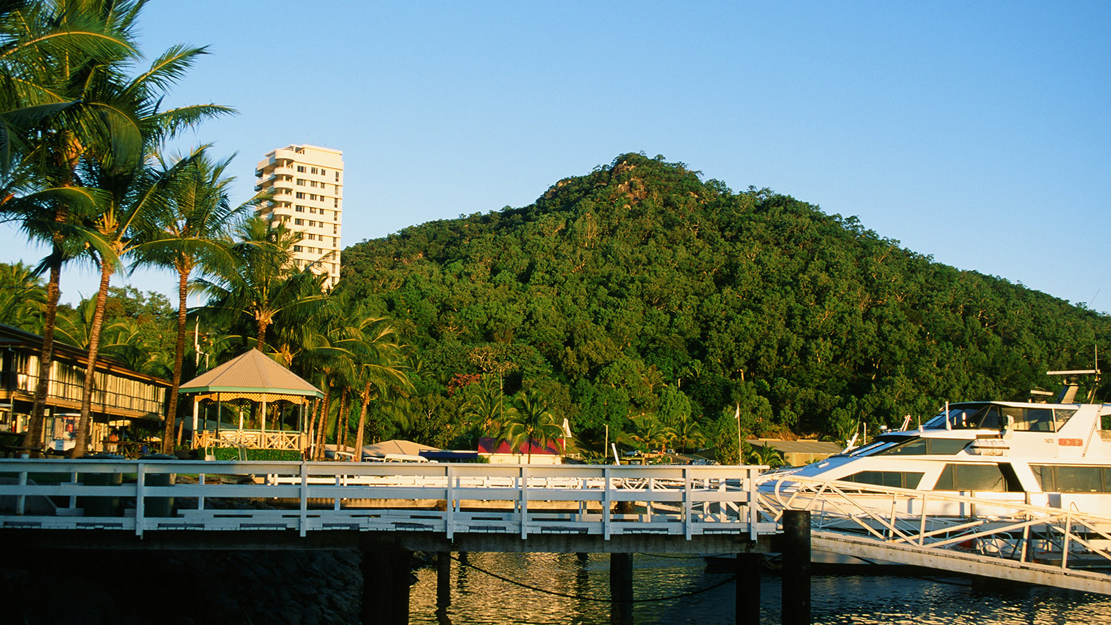 Hamilton Island: Marina mit Hotelturm. Foto: Hilke Maunder