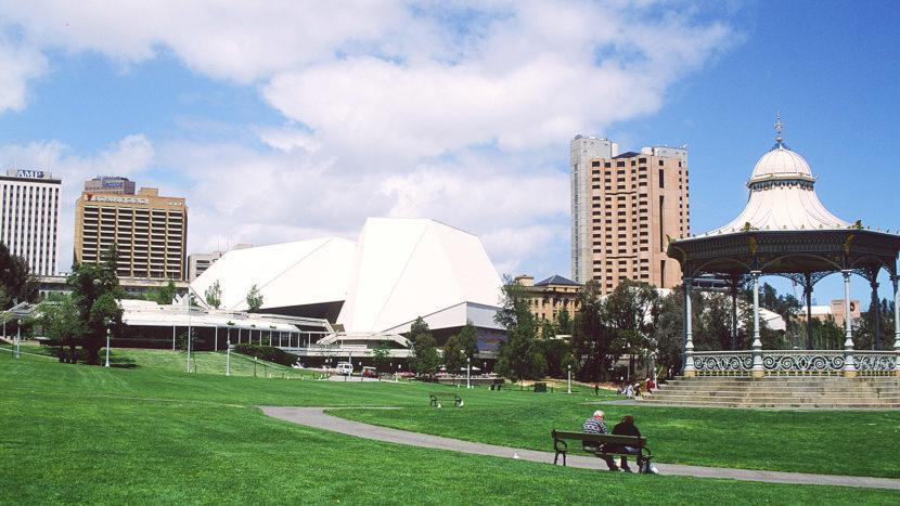 Adelaide: Pioneer Womens Memorial Garden am Torrens River, Blick auf den CBD und die Festival Hall. Foto: Hike Maunder