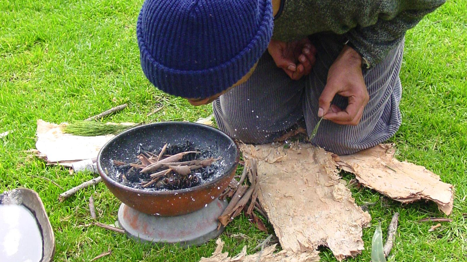 Mudcrabbing & mehr: Vor der Führung wird die Luft gereinigt - mit Räuchern. Foto: Hilke Maunder