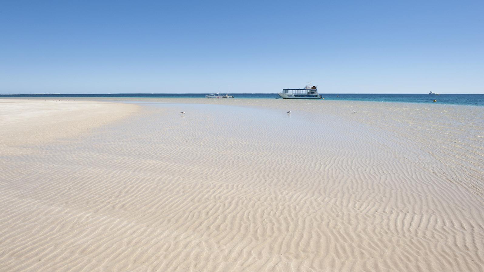 Coral Coast: Heller Sand, türkisblaues Meer und Korallengärten: Coral Bay. Foto: Hilke Maunder