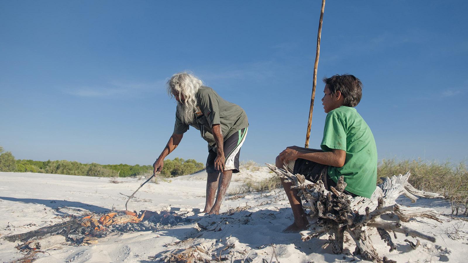 Die frisch gefangenen Schlammkrabben werden gleich vor Ort genossen. Foto: Hilke Maunder