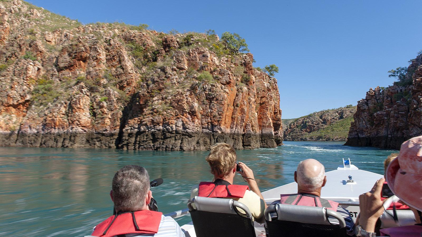 Kimberley: Mit hochmotorisierten Schlauchbooten saust ihr durch die Felsspalter –und lasst euch von den Wasserwirbeln durchschütteln. Foto: Hilke Maunder