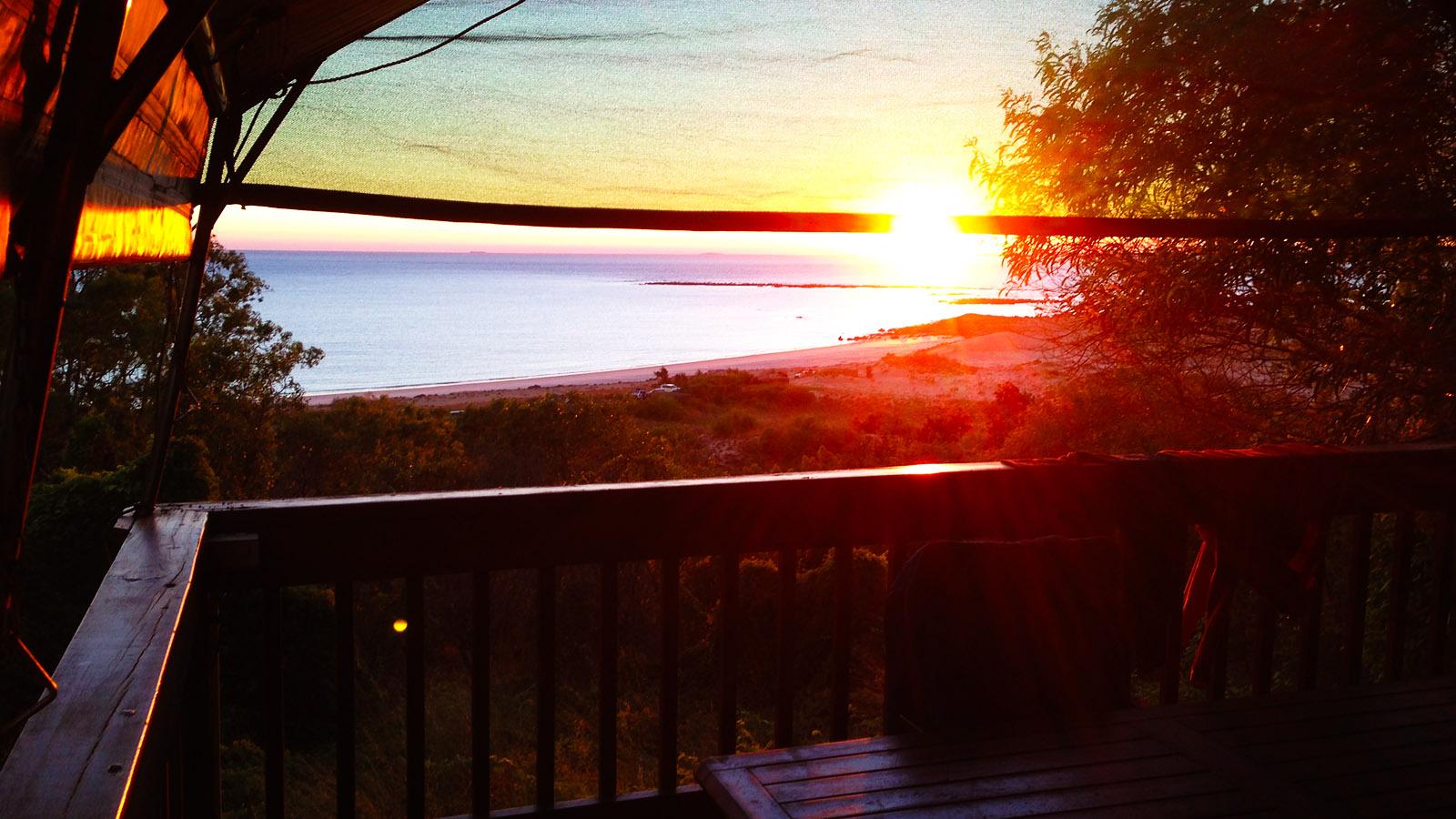 Sonnenaufgang über dem Easstern Beach am Cape Leveque - direkt vor unserem Safarizelt von Kooljaman! Foto: Hilke Maunder