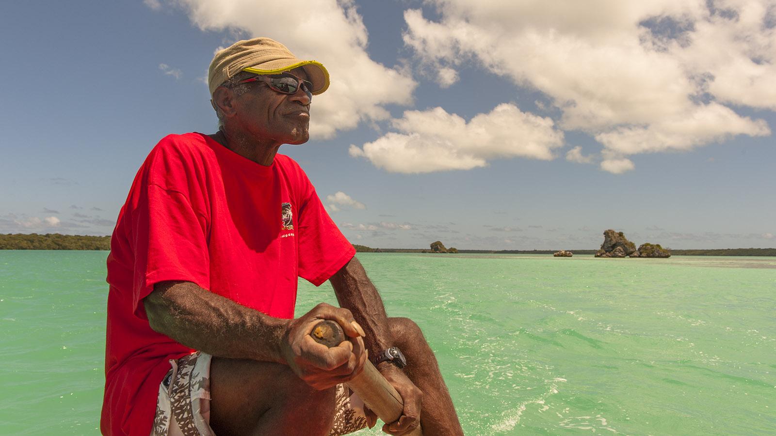 Neukaledonien: Edmond nimmt euch im Auslegerkanu mit zu eiem Törn durch die Baie d'Upi. Die türkisblaue Bucht mit ihren Fabelfelsen findet ihr auf der Île des Pins. Foto: Hilke Maunder